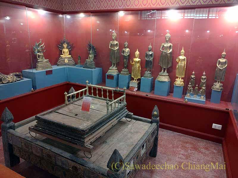 チェンマイ郊外の寺院ワットプラタートシーチョムトーンの博物館の仏像
