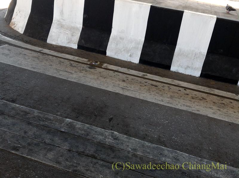 チェンマイ市内にある橋脚が邪魔して渡れない横断歩道