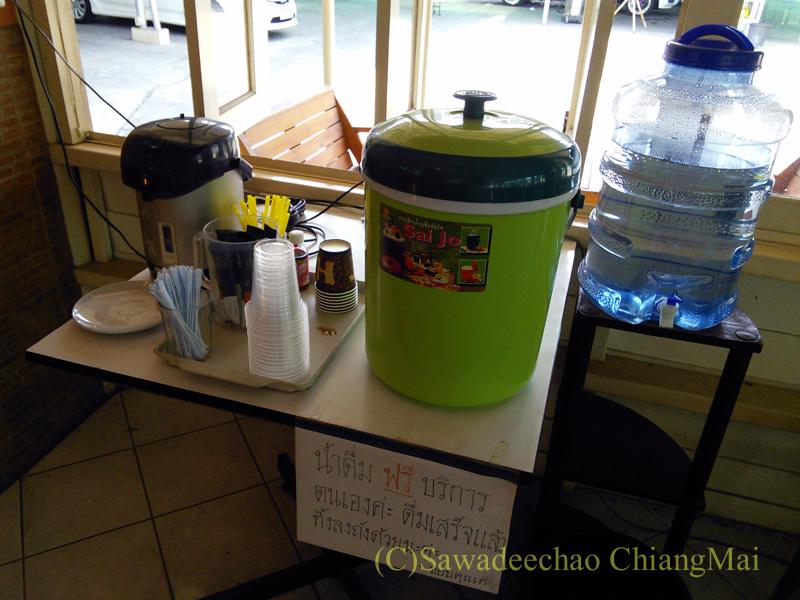 チェンマイ市内にある洗車屋の待ち合いスペースのドリンク