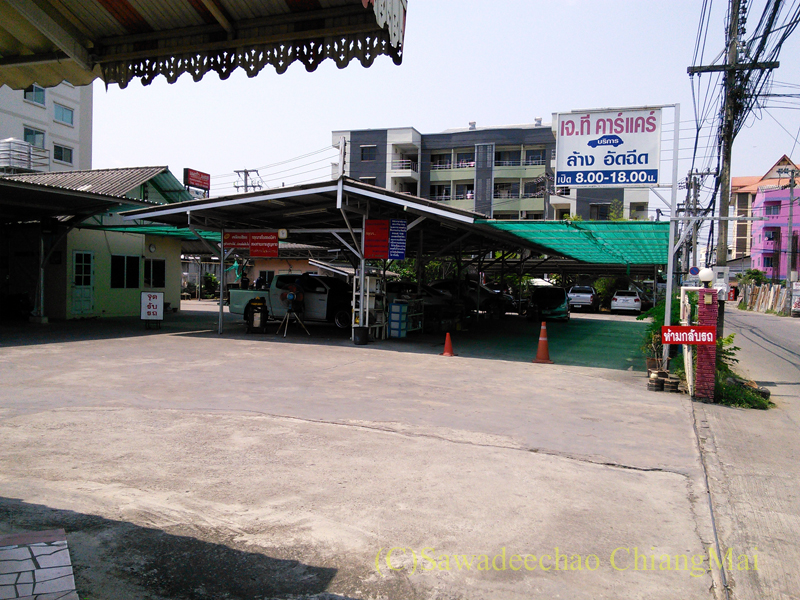 チェンマイ市内にある洗車屋の概観