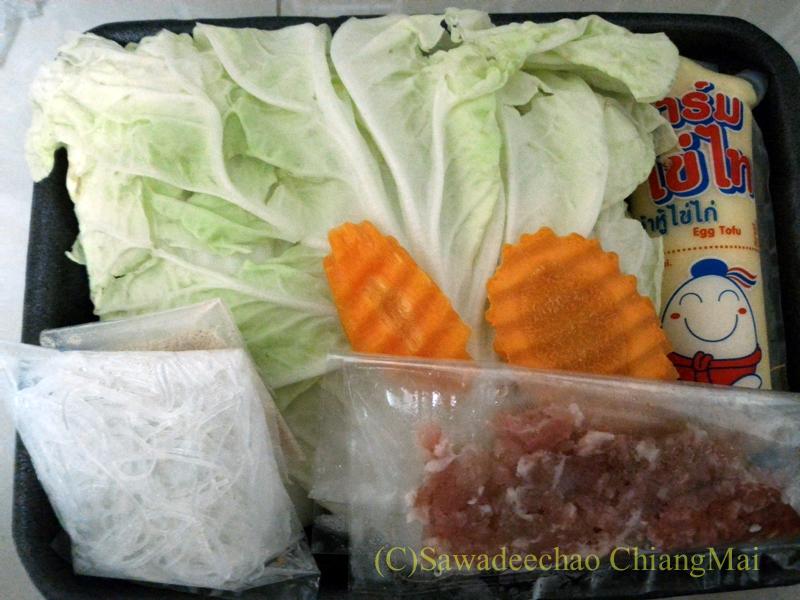 チェンマイのミニスーパーで買った豆腐の中華風スープセットの中身