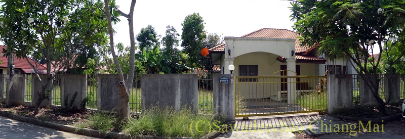 チェンマイ北部郊外の庭が広い一戸建て貸家概観