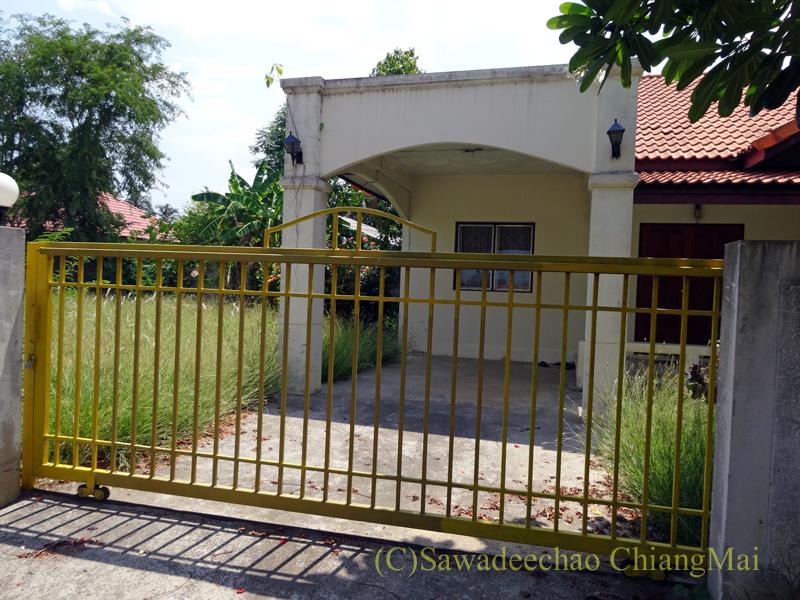 チェンマイ北部郊外の庭が広い一戸建て貸家の入口