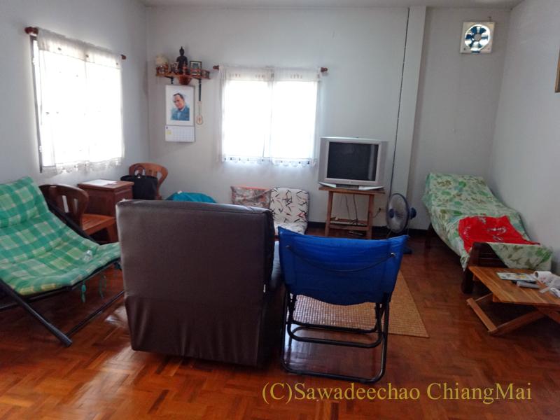 チェンマイ北部郊外の庭が広い一戸建て貸家のリビングルーム