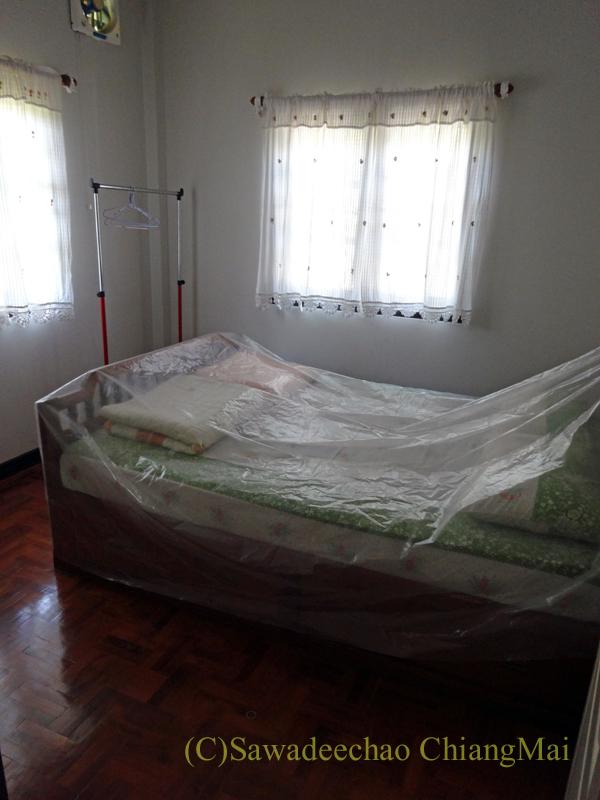 チェンマイ北部郊外の庭が広い一戸建てのゲストベッドルーム