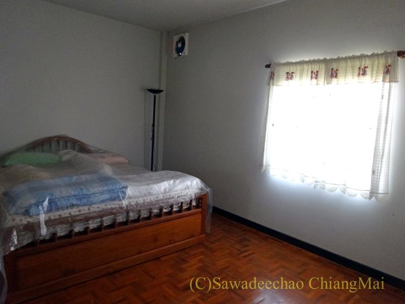 チェンマイ北部郊外の庭が広い一戸建てのマスターベッドルーム