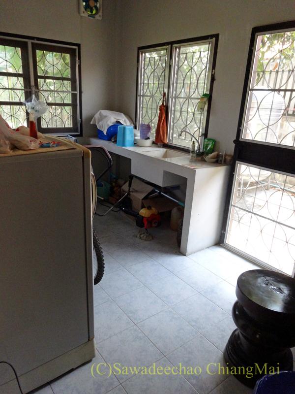 チェンマイ北部郊外の庭が広い一戸建てのキッチン