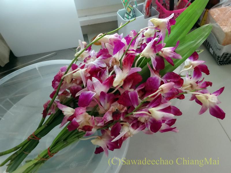 アーサーラハブーチャ(三宝節)でチェンマイの寺院にお参りするための花