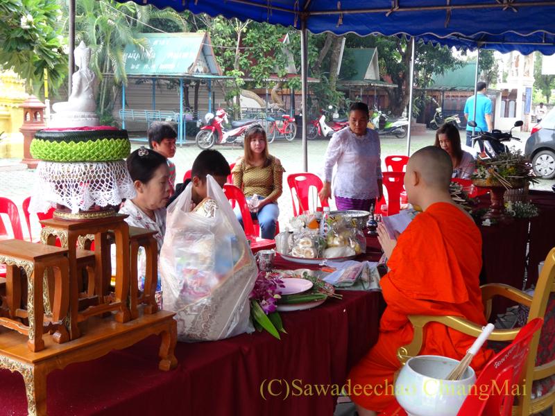 アーサーラハブーチャ(三宝節)でお参りしたチェンマイの寺院のテント