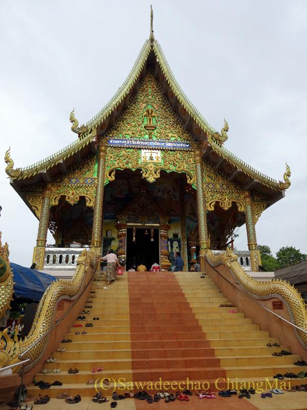 アーサーラハブーチャ(三宝節)でお参りしたチェンマイの寺院の本堂