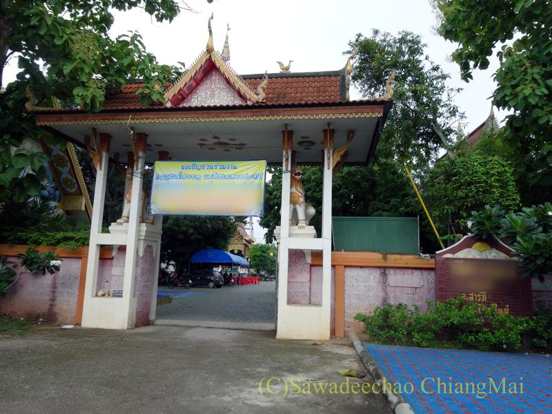 アーサーラハブーチャ(三宝節)でお参りしたチェンマイの寺院の楼門
