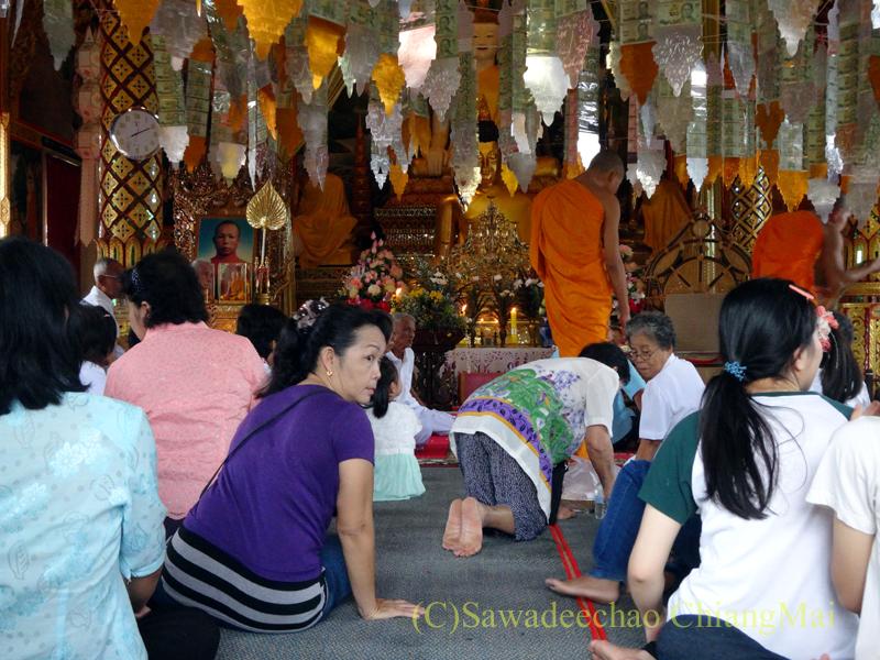 アーサーラハブーチャ(三宝節)でお参りしたチェンマイの寺院の本堂での読経