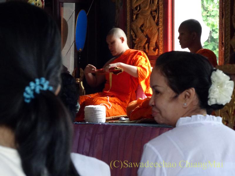 チェンマイ郊外の寺院でのアーサーラハブーチャ(三宝節)