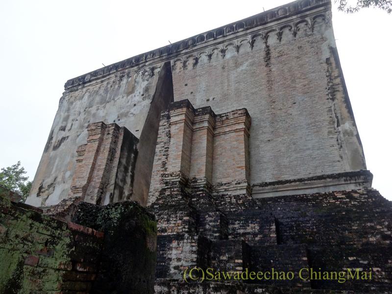 タイのスコータイ遺跡のワットシーチュムの本堂の壁