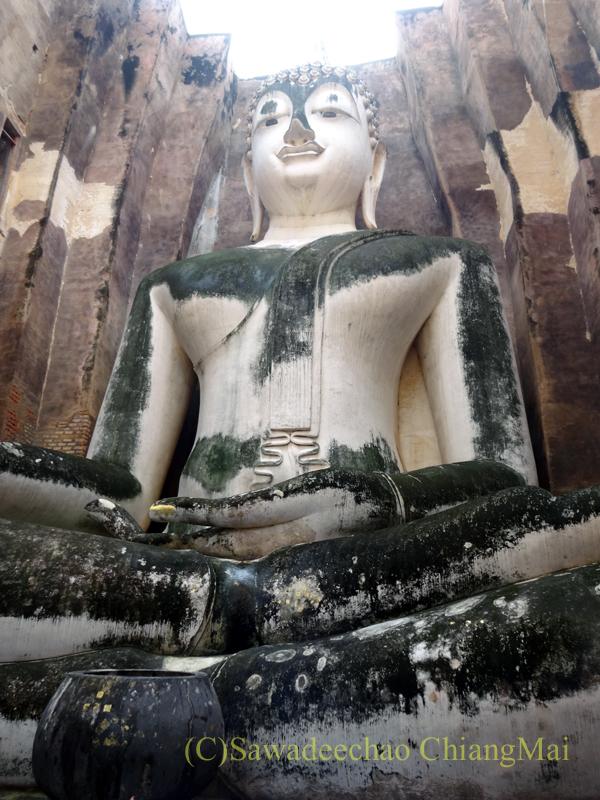 タイのスコータイ遺跡のワットシーチュムのアチャナ仏概観
