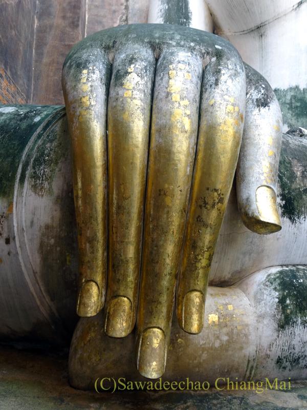 タイのスコータイ遺跡のワットシーチュムのアチャナ仏の指