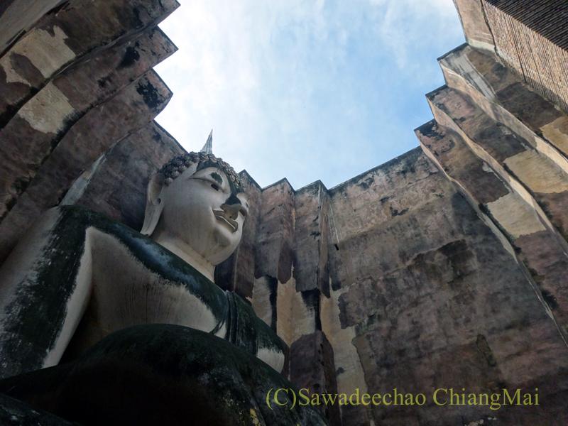 タイのスコータイ遺跡のワットシーチュムのアチャナ仏と天井