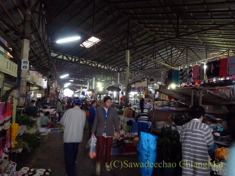 タイ最北部のミャンマー国境の街メーサーイのナーイブンユン市場概観