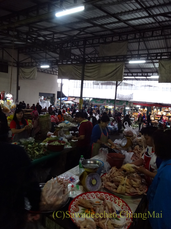 タイ最北部のミャンマー国境の街メーサーイのナーイブンユン市場内部