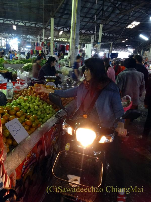 タイ最北部のミャンマー国境の街メーサーイのナーイブンユン市場のバイク