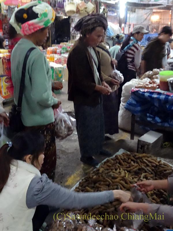 タイ最北部のミャンマー国境の街メーサーイのナーイブンユン市場の山岳民族