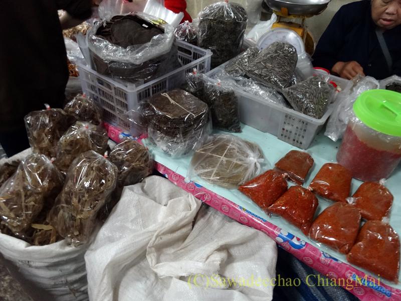 タイ最北部のミャンマー国境の街メーサーイのナーイブンユン市場の納豆