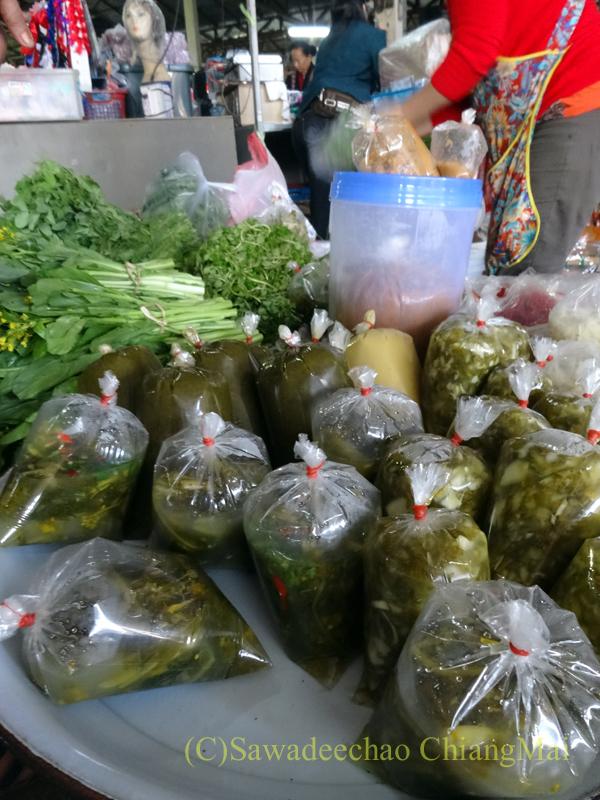 タイ最北部のミャンマー国境の街メーサーイのナーイブンユン市場の漬け物