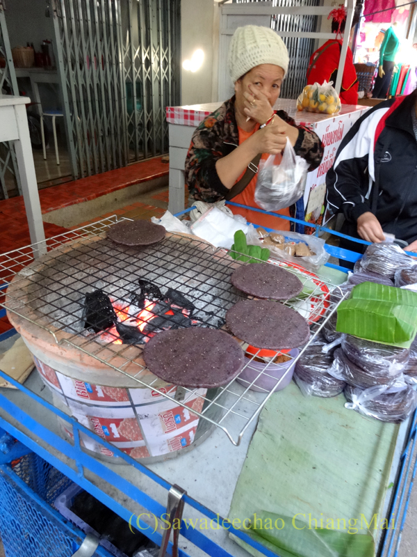 タイ最北部のミャンマー国境の街メーサーイのナーイブンユン市場の餅
