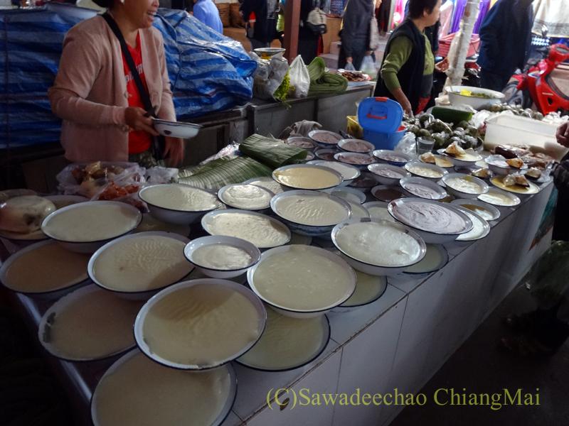 タイ最北部のミャンマー国境の街メーサーイのナーイブンユン市場のカーオフン