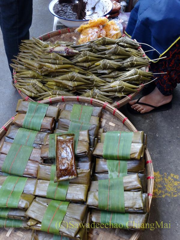 タイ最北部のミャンマー国境の街メーサーイのナーイブンユン市場の粽