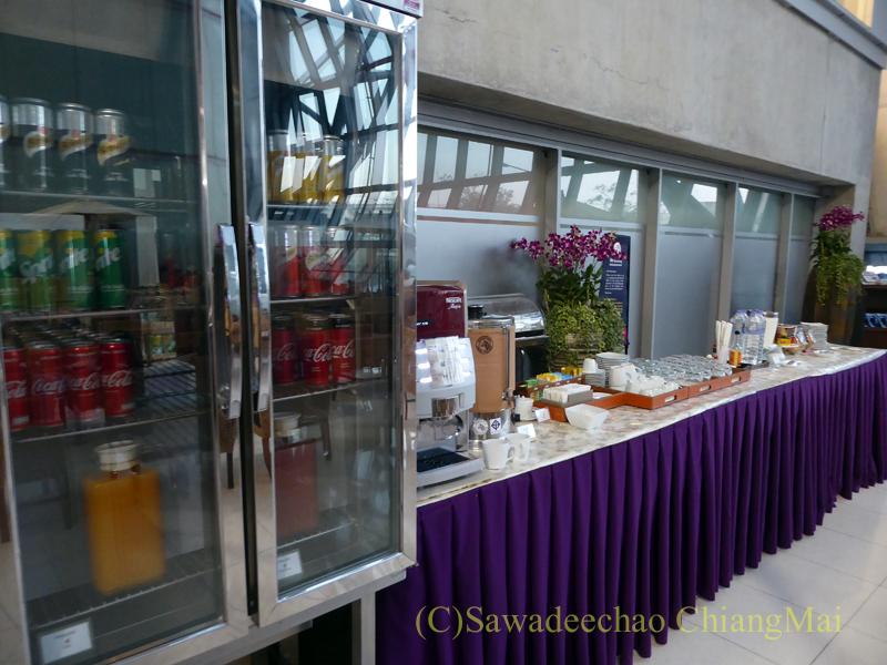 スワンナプーム空港タイ航空国内線ラウンジのガーデンゾーンの飲食物コーナー概観