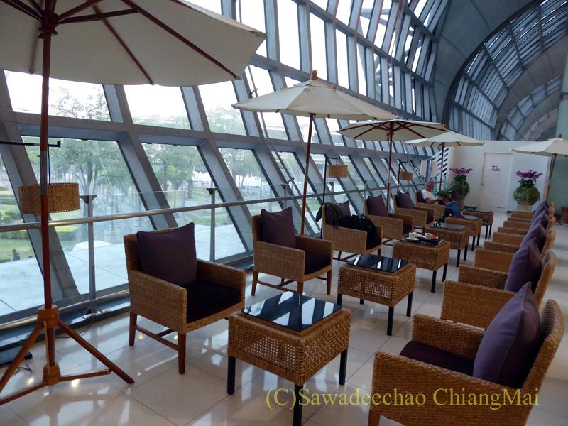 スワンナプーム空港タイ航空国内線ラウンジのガーデンゾーンの窓際の席
