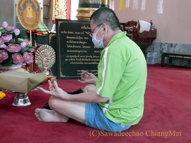 チェンマイで一番美しい仏像、プラチャオガオトゥーが納められている堂で瞑想する人