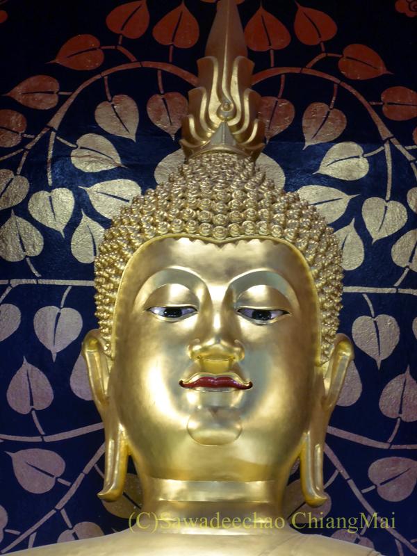 チェンマイで一番美しい仏像、プラチャオガオトゥーの顔