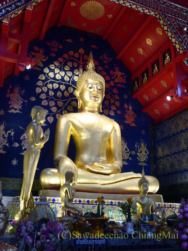 チェンマイで一番美しい仏像、プラチャオガオトゥーを斜めから見る