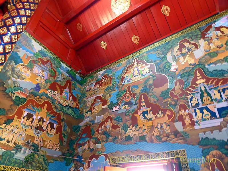 チェンマイで一番美しい仏像が納められている堂の奥の壁画
