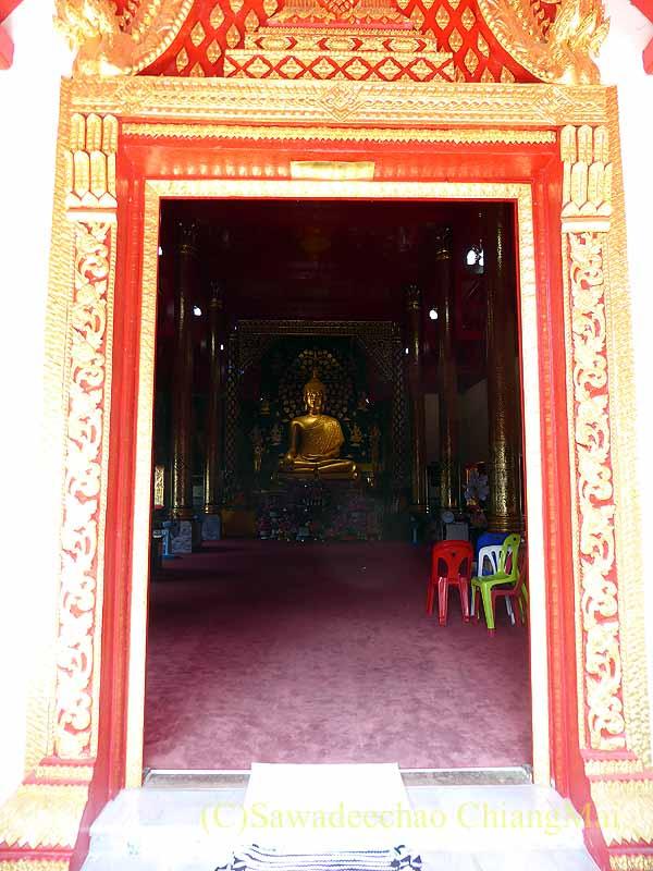 入口から見たチェンマイで一番美しい仏像、プラチャオガオトゥー