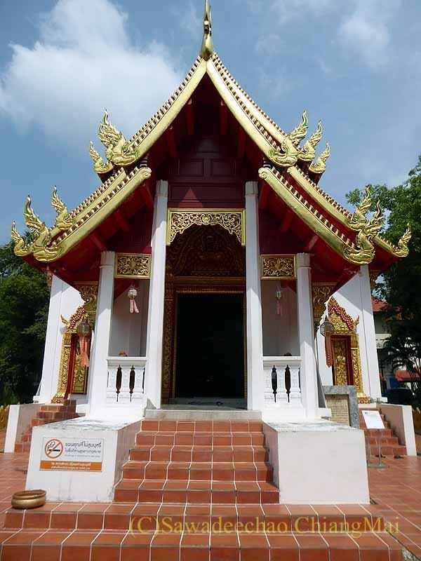 チェンマイで一番美しい仏像、プラチャオガオトゥーが鎮座する堂の正面