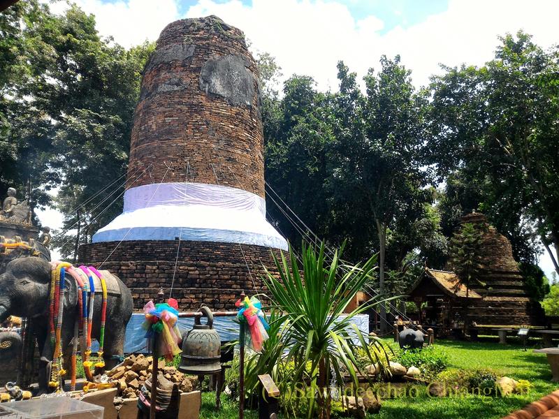 ラムプーンにある戦死した王家の象と馬の墓塔クーチャーンクーマー全体