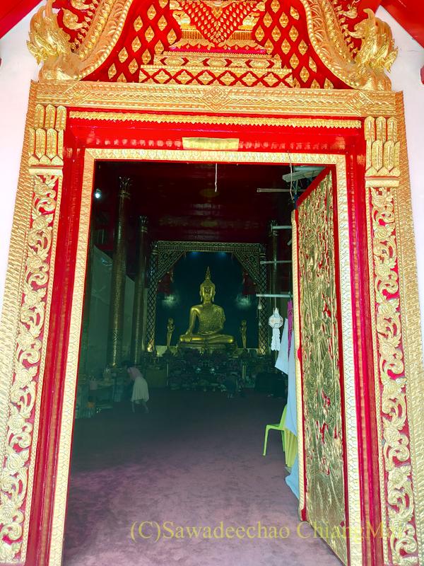 布薩堂の入口から見たチェンマイで一番美しい仏像、プラチャオガオトゥー