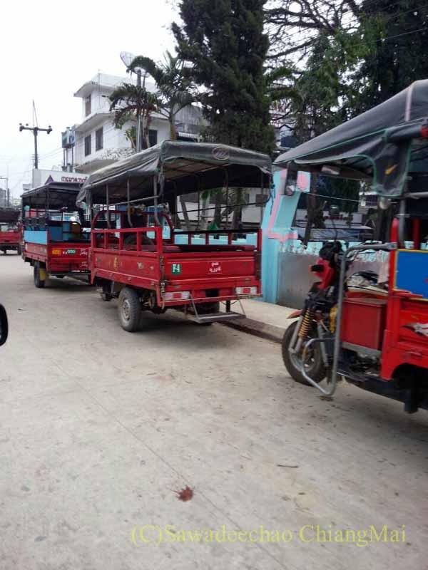 タイのメーサーイと国境を接するミャンマーの街タチレクの乗り合いタクシー