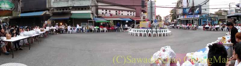 チェンマイの元旦の特別タムブンに参加するために集まった人々