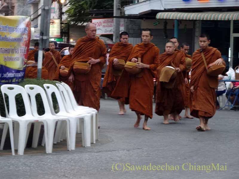 チェンマイの元旦の特別タムブンのために寺院から僧侶がやってくる