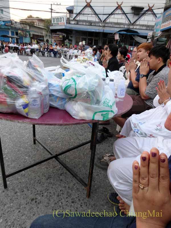 チェンマイの元旦の特別タムブンに集まって読経する人々
