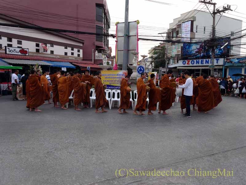 チェンマイの元旦の特別タムブンのためイスに座ろうとする僧侶たち