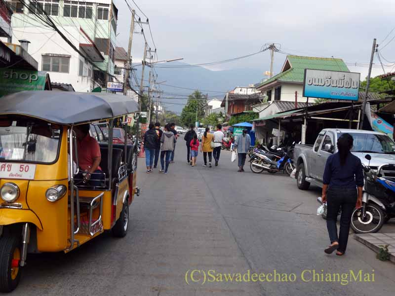チェンマイの元旦の特別タムブンを終えて家路につく人々