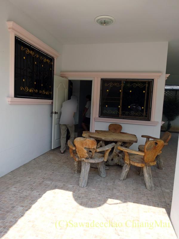 チェンマイ郊外にあるコンパクトな一戸建て貸家のテラス