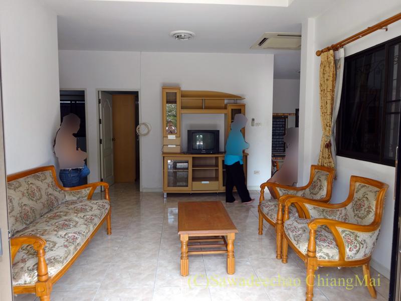 チェンマイ郊外にあるコンパクトな一戸建て貸家のリビングルーム