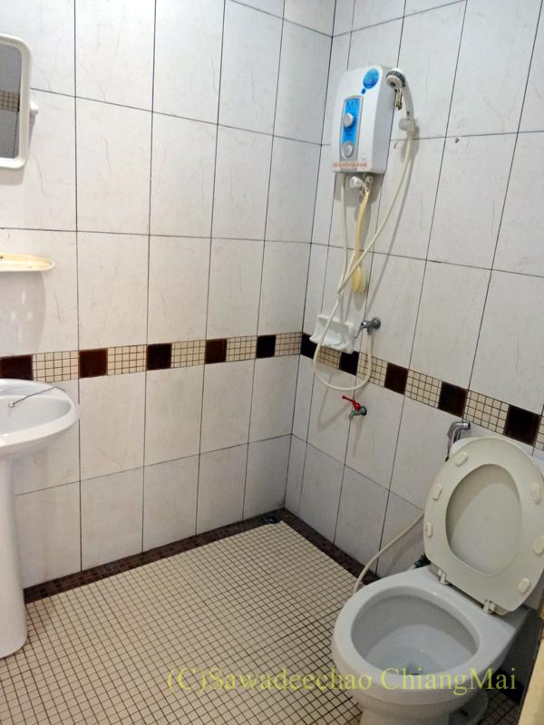 チェンマイ郊外にあるコンパクトな一戸建て貸家の主寝室のバスルーム
