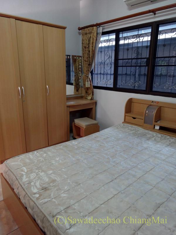 チェンマイ郊外にあるコンパクトな一戸建て貸家のサブベッドルーム